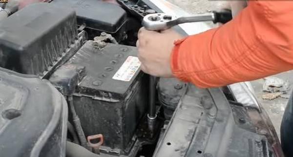kak snyat akkumulyator s mashiny poleznaya informatsiya 2 - Советы по снятию и установке аккумулятора